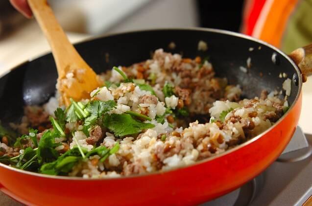納豆と香菜の炒飯の作り方の手順3