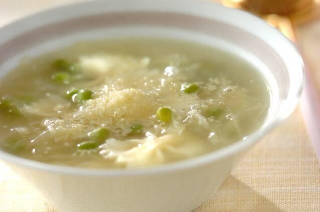 カップに入ったマカロニ入りグリンピースのスープ