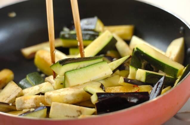 ズッキーニとナスのアンチョビ炒めの作り方の手順2
