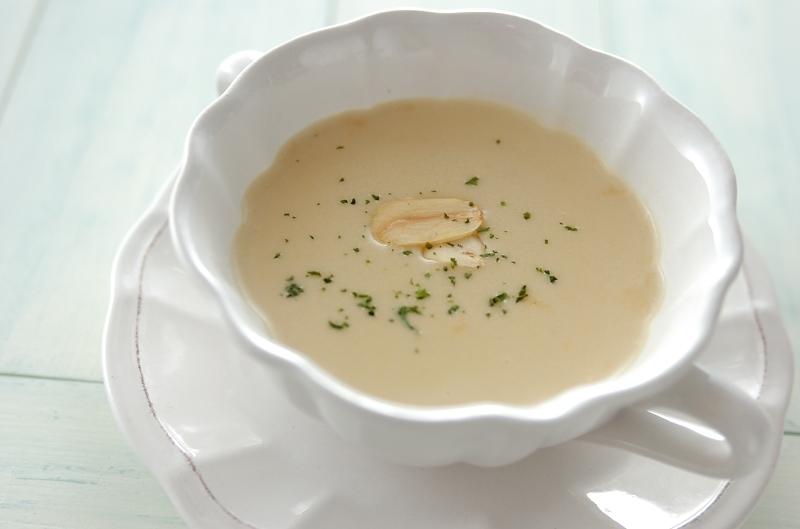 仕上げにパセリをふりかけたガーリックスープ