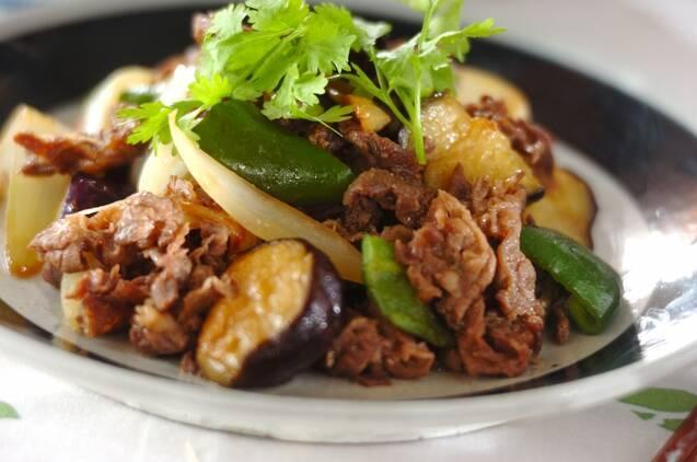 フチに太い黒いラインが入った皿に盛られた、牛肉とピーマンの味噌炒め