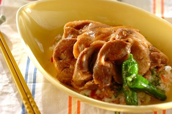 黄色のお皿に盛り付けられた豚肉丼