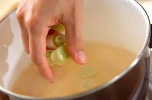 アスパラと白ネギのみそ汁の作り方の手順4