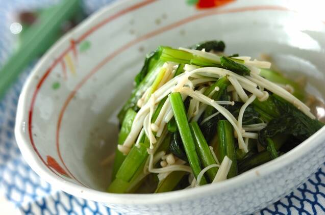小松菜とえのきのナムルが盛られた器