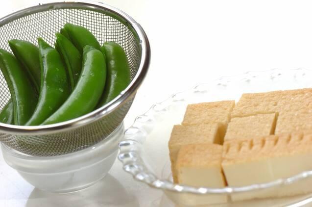 スナップエンドウと厚揚げの黒コショウ炒めの作り方の手順2