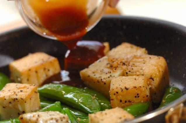 スナップエンドウと厚揚げの黒コショウ炒めの作り方の手順4