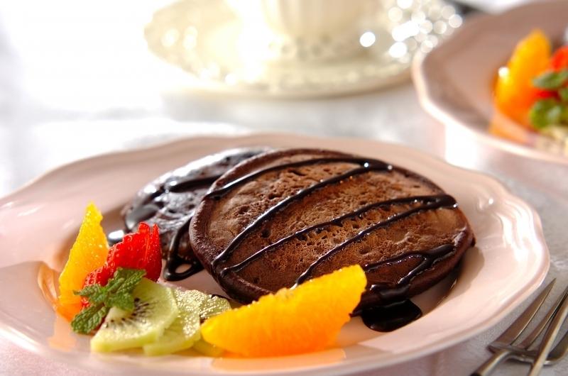 フルーツが添えられ、チョコソースが掛かったチョコパンケーキ