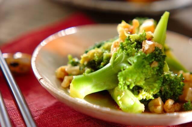 お皿に盛られたブロッコリーのくるみ和え