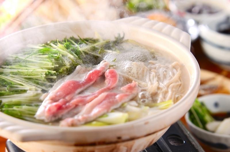 土鍋の中の豚しゃぶ水菜鍋
