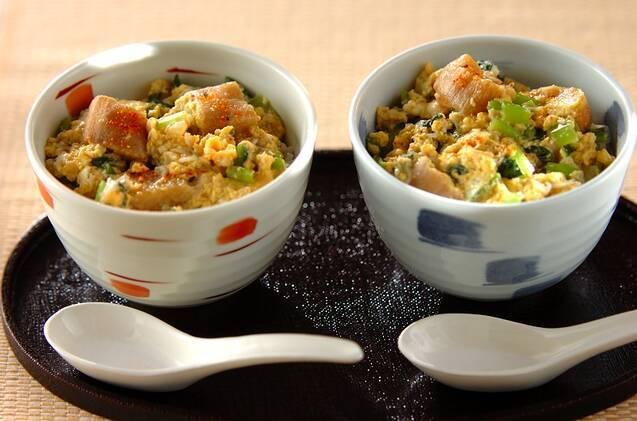 丼茶碗に入った卵とじ丼が2つ並ぶ様子