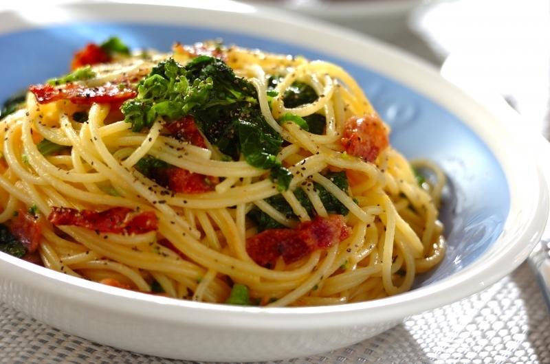 美味しそうな菜の花のカルボナーラパスタ・スパゲッティー