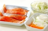 鮭の蒸し焼きの下準備1