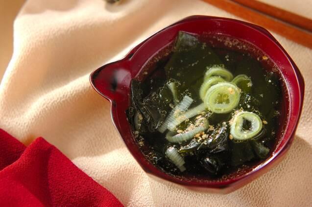 お椀に入ったワカメスープ