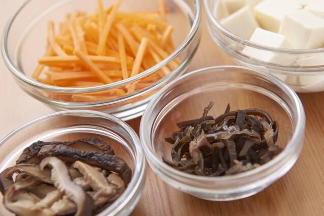 チキンボーンブロスで豆腐入りサンラータンの作り方の手順1