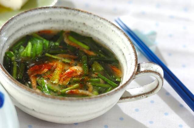 桜エビとニラの色合いがきれいな味噌汁が入ったスープカップ