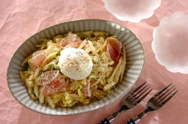 お皿に盛られた白菜とポーチドエッグのシーザーサラダ