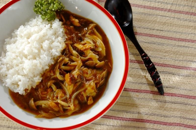お皿にごはんとツナの和風カレー、彩りのパセリを盛り付けた写真