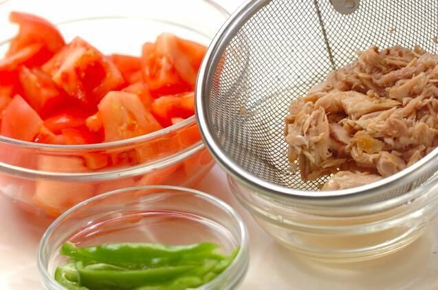 ピーマンとトマトの夏野菜サラダうどんの作り方の手順1
