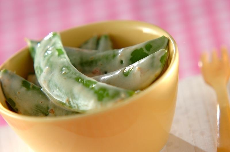 黄色い茶碗に盛られたスナップエンドウの梅マヨしょうゆ和え