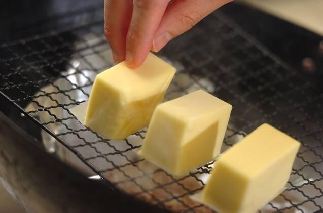 プロセスチーズの燻製の作り方の手順2