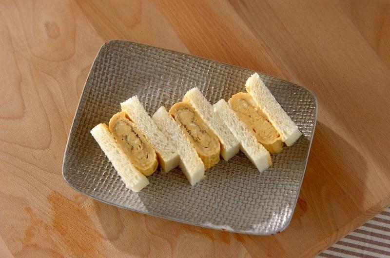 からしを塗った食パンでふんわり食感のだし巻き卵を挟んだサンドイッチ。