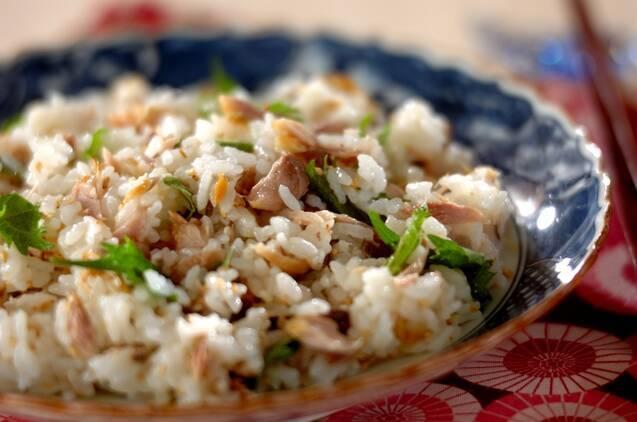 青い皿に盛られた、焼き鯖の混ぜ寿司