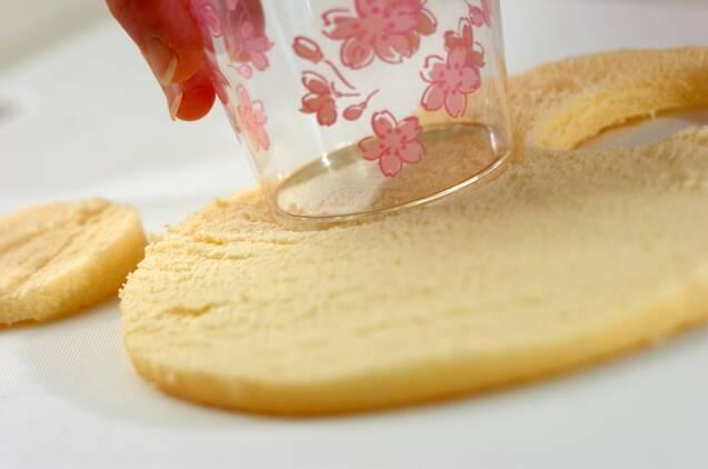 イチゴとカスタードのカップデザートの作り方の手順1