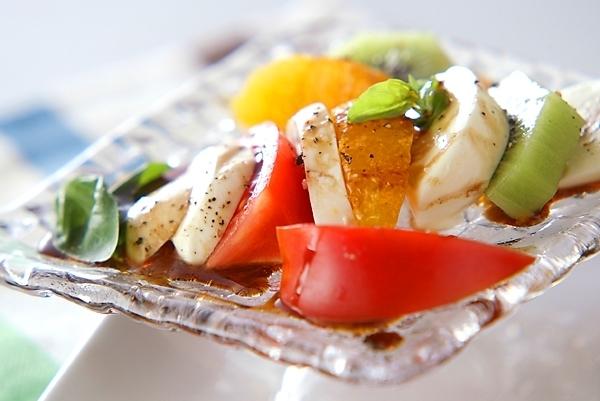キウイやトマト、オレンジと合わせたモッツァレラチーズのサラダ