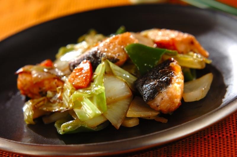 野菜がたっぷり入った鮭のドレッシング炒め