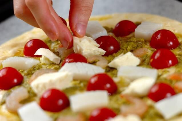 シーフードとバジルのピザの作り方の手順8