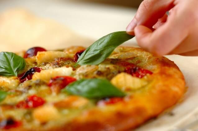 シーフードとバジルのピザの作り方の手順9