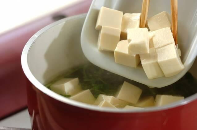 豆腐と豆苗のみそ汁の作り方の手順2