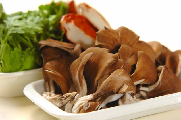 春菊とマイタケのサッと煮の作り方の手順1