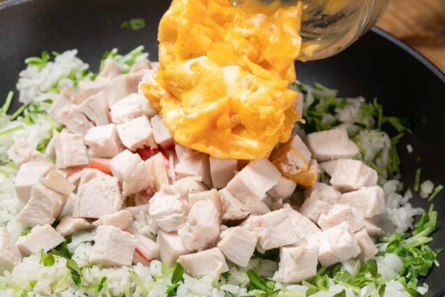 蒸し鶏と豆苗のチャーハンの作り方の手順8