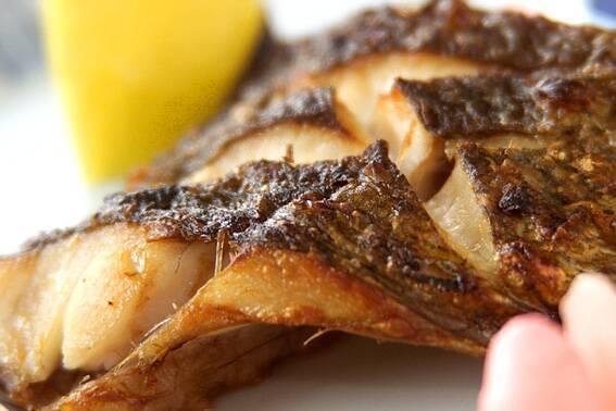 黒鯛の塩焼き、レモンくし切り、甘酢ショウガ