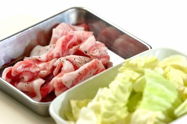 豚肉とキャベツのガーリックオイルスパゲティーの作り方の手順1