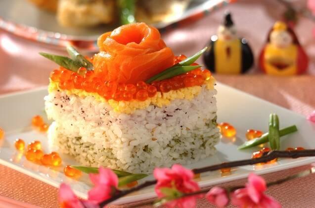 サーモンの花をトッピングした菱餅型の寿司