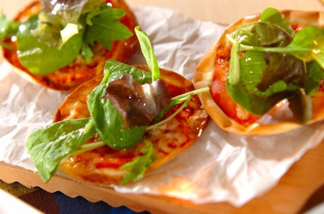 ベビーリーフが鮮やかなミニサラダピザ