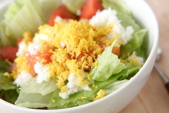 白いボウルに盛られたレタスとゆで卵のサラダ