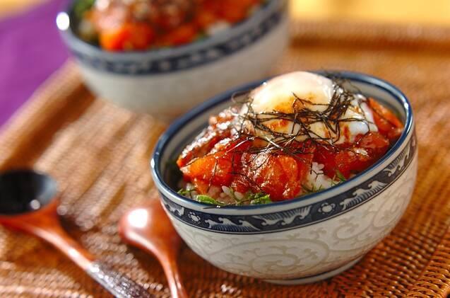 柄入りの丼に盛られたサーモンの韓国風漬け丼