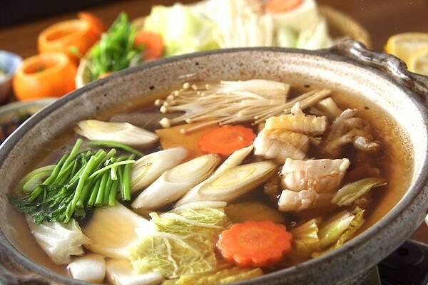 たっぷりの野菜が入った醤油仕立てのアンコウの鍋