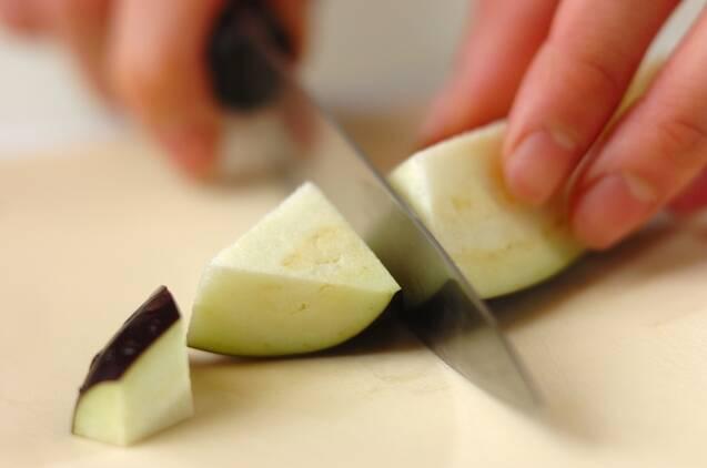 ナスとさつま揚げの煮物の作り方の手順1