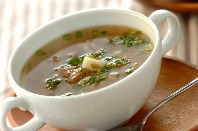 白いスープカップに入った梅レンコンスープ