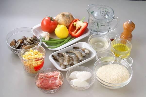 野菜と魚介の旨味たっぷり!満足パエリアの作り方の手順1