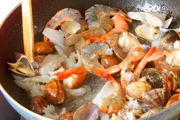野菜と魚介の旨味たっぷり!満足パエリアの作り方の手順4