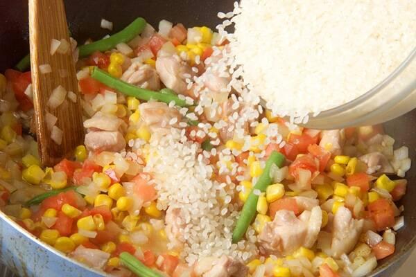 野菜と魚介の旨味たっぷり!満足パエリアの作り方の手順5