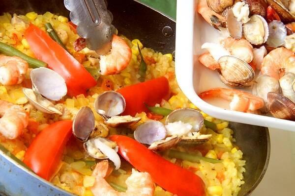 野菜と魚介の旨味たっぷり!満足パエリアの作り方の手順8