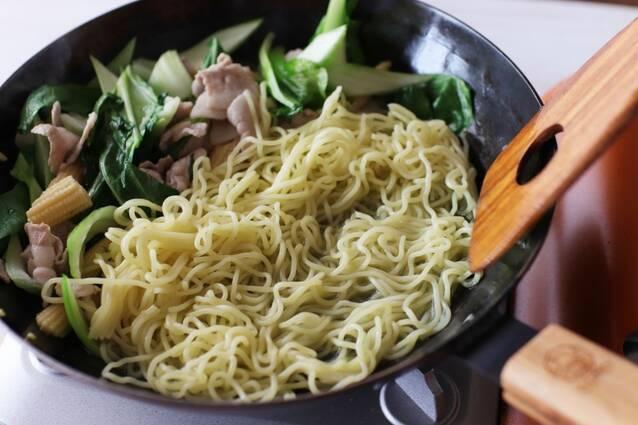 豚バラとチンゲン菜のピリ辛エスニック焼きそばの作り方の手順4