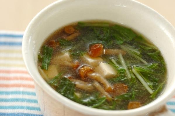 白いカップスープにつがれた豆腐とナメコの中華スープ