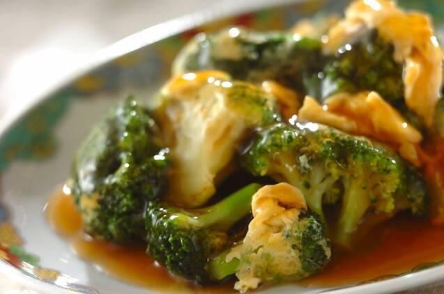 中華皿に盛られた、ブロッコリーの卵炒めのあんかけ
